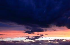 Podeszczowe chmury w afterglow niebie Fotografia Royalty Free