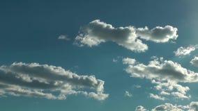 Podeszczowe chmury W Błękitny Czysty nieba time lapse zbiory