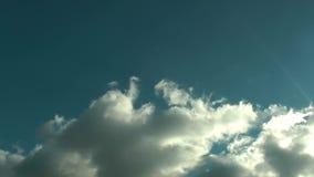 Podeszczowe chmury W Błękitny Czysty nieba time lapse zbiory wideo