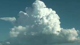 Podeszczowe chmury W B??kitny Czysty nieba time lapse zbiory