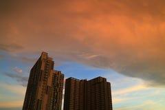 Podeszczowe chmury z zmierzchu afterglow odbiciami scrolling na budynku w Bangkok Fotografia Stock