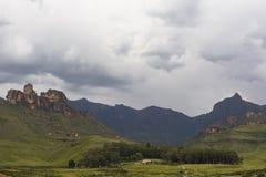 Podeszczowe chmury zbiera na górze Zdjęcia Royalty Free