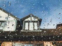 Podeszczowe kropelki na szklanym okno zdjęcie royalty free