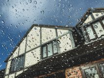 Podeszczowe kropelki na szklanym okno zdjęcia royalty free