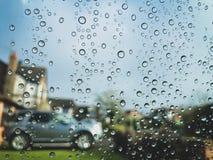 Podeszczowe kropelki na szklanym okno fotografia royalty free