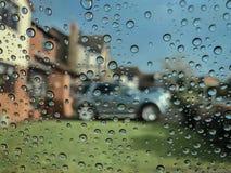 Podeszczowe kropelki na szklanym okno fotografia stock