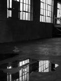 Podeszczowej wody gromadzenia się na Opustoszałej Fabrycznej podłoga Zdjęcie Stock