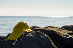 Podeszczowy kapelusz morzem na jasnym dniu Obraz Stock