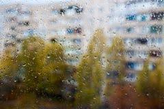 Podeszczowy na zewnątrz okno, krople deszcz na windowpane zdjęcie stock