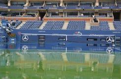 Podeszczowy opóźnienie podczas us open 2014 przy Arthur Ashe stadium przy Billie Cajgowego królewiątka tenisa Krajowym centrum Fotografia Stock