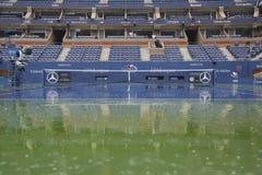 Podeszczowy opóźnienie podczas us open 2014 przy Arthur Ashe stadium przy Billie Cajgowego królewiątka tenisa Krajowym centrum obraz stock