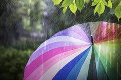Podeszczowy spadać i kolorowy parasol w deszczowym dniu Zdjęcia Stock