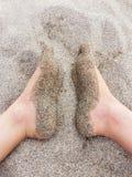 Podeszwy cieki zakrywaj?cy z suchym piaskiem obrazy royalty free