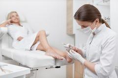Podiatrist doktorska czyści stopa od kalusa Zdjęcie Royalty Free
