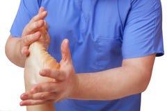 Podiatrist robi masażowi cierpliwa ` s stopa i egzaminowi fotografia royalty free