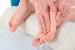 Podiatrist robi masażowi cierpliwa ` s stopa w klinice i egzaminowi zdjęcie royalty free