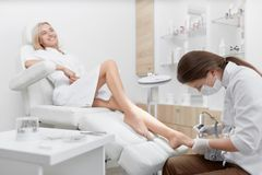 Podiatrist robi procedurze nożna dla uśmiechać się klientów Fotografia Royalty Free