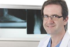 Podiatrist z jego promieniowaniami rentgenowskimi Zdjęcia Royalty Free