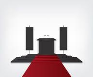 Podio con la alfombra roja para la ceremonia de entrega de los premios y la bandera Imagen de archivo libre de regalías