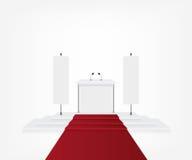 Podio con tappeto rosso per cerimonia di premiazione e l'insegna della bandiera Fotografia Stock