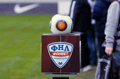 Podio de la liga nacional del fútbol con la bola Fotos de archivo libres de regalías