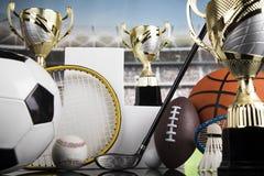 Podio di sport, tazze del premio dei vincitori fotografie stock libere da diritti