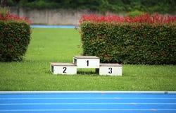 podio di uno stadio di atletica con i numeri uno due tre Immagini Stock