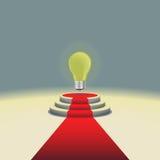 Podio illuminato della fase con la lampadina ed il tappeto rosso, illustrazione di vettore Fotografie Stock Libere da Diritti