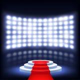 Podio iluminado para la ceremonia con la alfombra roja Imagen de archivo libre de regalías