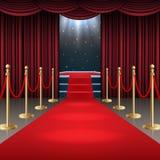 Podium avec le tapis rouge et le rideau dans la lueur des projecteurs Image stock