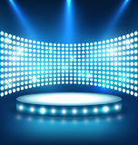 Podium bleu brillant de fête lumineux d'étape avec des lumières de tache dessus Photographie stock