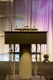 Podium con el micrófono imagenes de archivo