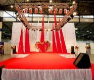 Podium de la boda cubierto con la alfombra roja Imagen de archivo libre de regalías
