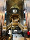 Podium fleuri d'Ambo de lutrin dans l'église française photos stock