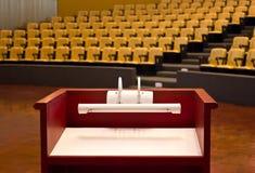 Podium im leeren Konferenzsaal. Stockfotografie