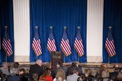 Podium und US-Flaggen Lizenzfreie Stockbilder