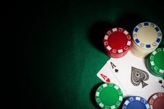 Podkreślamy dwa Ace grzebacy między uprawiać hazard szczerbią się na kasyno stole zdjęcia royalty free