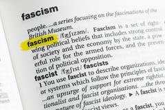 Podkreślający angielszczyzny słowo & x22; fascism& x22; i swój definicja przy słownikiem zdjęcia stock