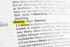 Podkreślający angielszczyzny słowo & x22; theory& x22; i swój definicja przy słownikiem zdjęcia stock