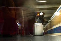 Podkreślający bagaż walizki paczki srebra podróży dworzec Ar Fotografia Stock