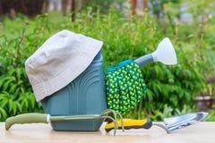 Podlewanie puszka, ręki łopata, świntuch, ogrodowe rękawiczki i kapelusz, Obrazy Royalty Free