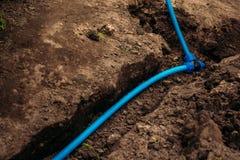 Podlewanie wąż elastyczny kłaść w ziemi obrazy stock