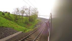 Podmiejscy elektrycznego pociągu dochody zestrzelają swój trasę wśród europejczyka krajobrazu zbiory