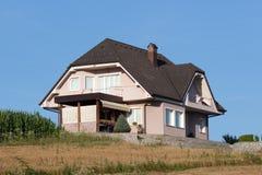 Podmiejska wzgórze domu powierzchowność obraz stock