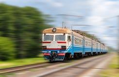 Podmiejski elektryczny pociąg na zamazanym tle zdjęcie stock