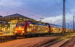 Podmiejski elektryczny pociąg przy Offenburg stacją kolejową zdjęcia royalty free