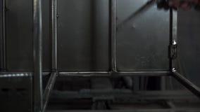 Podmuchowy powietrze na metal częściach przed prochowym obrazem klamerka Pracownik w ochronnym wyposażeniu czyści metal zdjęcie wideo