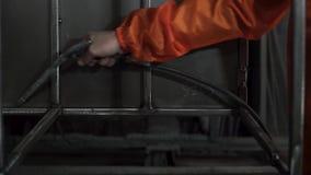 Podmuchowy powietrze na metal częściach przed prochowym obrazem klamerka Pracownik w ochronnym wyposażeniu czyści metal zbiory wideo