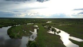Podniecający błękit członująca rzeka odbija zwarte chmury zbiory wideo