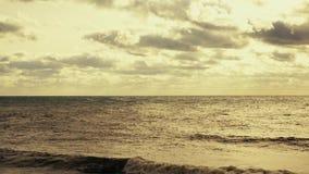 Podniecenie ocean z chmurami i słońcem zbiory wideo
